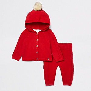 Outfit mit roter Strickjacke mit Pompons