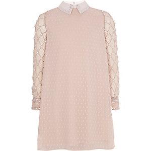 Kleid mit Perlenverzierung in Rosa