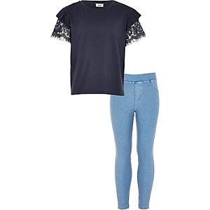 Outfit met marineblauw kanten T-shirt en legging