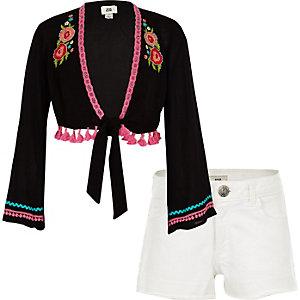Outfit mit schwarzem, geblümtem Kimono und Shorts