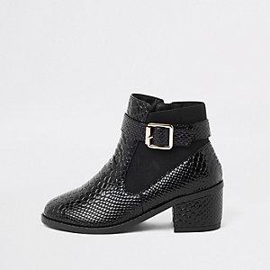 Schwarze Lack-Stiefel mit seitlicher Schnalle