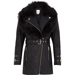 Schwarze, lange Jacke mit Gürtel und Kunstfell