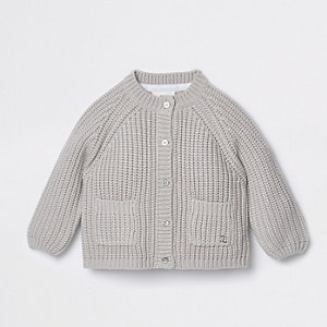 Graue, grobe Strickjacke