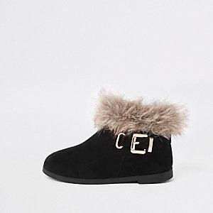 Schwarze Stiefel mit Kunstfellbesatz