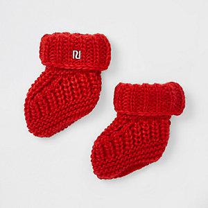 Rode gebreide sokken voor baby's