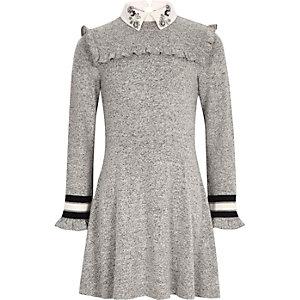 Graues Kleid mit verziertem Kragen