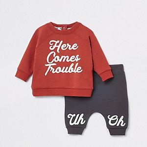 Rode joggingoutfit met 'here comes trouble'-print voor baby's