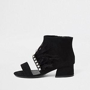 Schwarze Shoe Boots mit Federbesatz