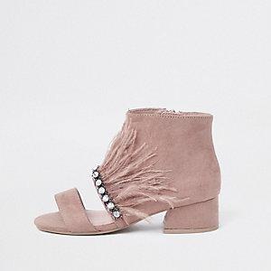 Pinke Shoe Boots mit Federbesatz