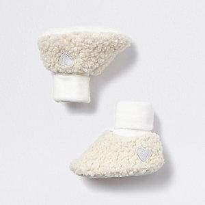 Crèmekleurige babylaarsjes met borg