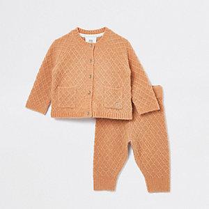 Outfit met camelkleurig gebreid vest voor baby's