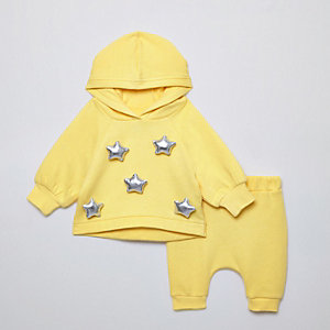 Gelbes Outfit mit Oversize-Hoodie