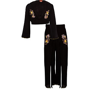 Outfit mit schwarzem, paillettenverzierten Crop Top