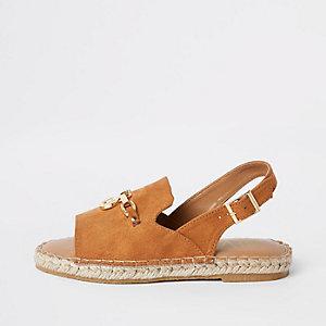 Braune Sandalen mit Fersenriemen