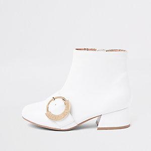 Weiße Stiefel mit doppelter Schnalle