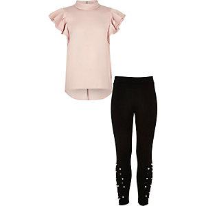 Outfit mit pinkem Oberteil und Leggings