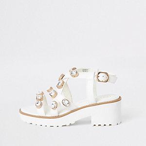 Weiße, grobe Sandalen mit Verzierung
