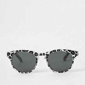Silberfarbene Sonnenbrille mit Leoprint