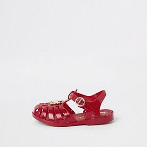 Rote Gummisandalen