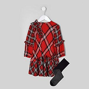 Outfit mit rotem, karierten Kleid und Strumpfhosen