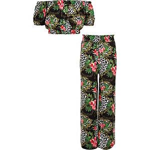 Outfit mit grünem Bardot-Oberteil