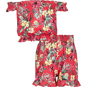 Outfit mit pinkem Bardot-Oberteil
