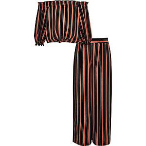 Outfit mit rotem, gestreiftem Bardot-Oberteil