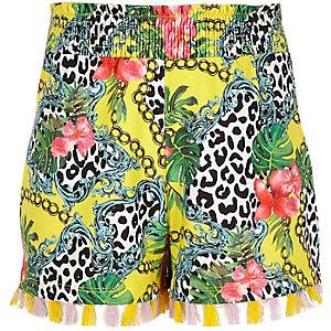 Gele short met gevarieerde print en kwastjes aan de zoom voor meisjes