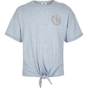 Blaues T-Shirt zum Binden