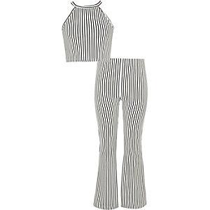 Outfit mit weißem Crop Top
