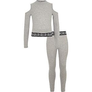 Outfit mit grauem, schulterfreien Oberteil