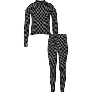 Outfit mit schwarzem Oberteil