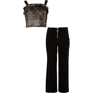 Outfit mit braunem Karo-Oberteil und Hose