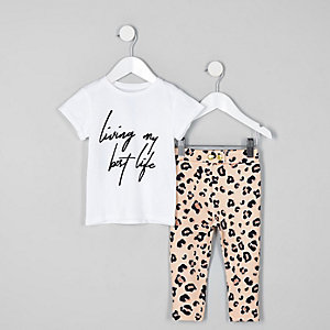 Outfit mit weißem T-Shirt und Leggings