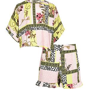 Outfit mit pinker, geblümter Shorts