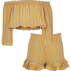 Outfit mit gelbem, gestreiftem Bardot-Oberteil