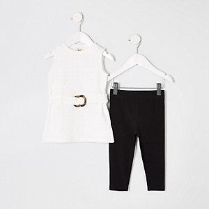 Outfit mit weißem Oberteil mit Gürtel