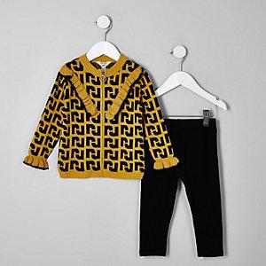 Outfit mit gelber Strickjacke