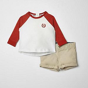 Outfit met rood T-shirt met raglanmouwen en chino voor baby's