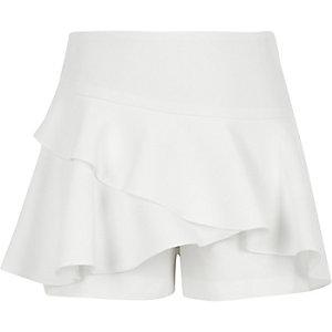 Weißer Hosenrock mit Rüschen