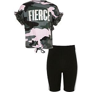 Outfit aus T-Shirt und Shorts