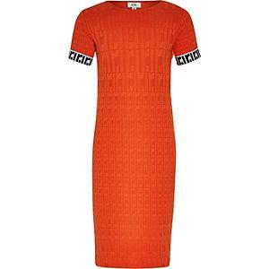 Rotes Kleid mit RI-Monogramm