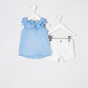 Outfit mit blauem Oberteil und Shorts