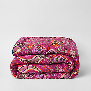 Roze sprei met paisleyprint en blauwe fluwelen achterkant