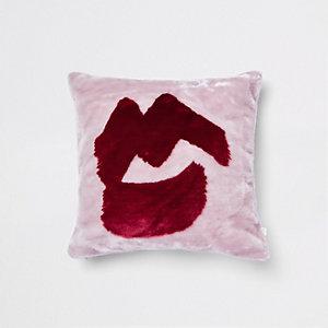 Coussin lèvres en fausse fourrure rose