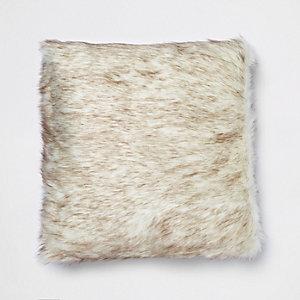 Braunes Kissen aus Kunstfell