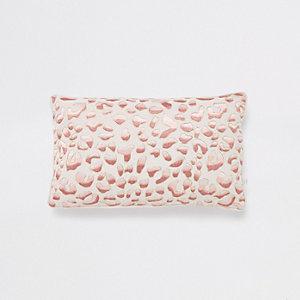 Coussin rectangulaire rose avec motif léopard brodé