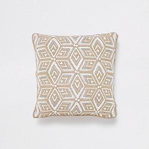 Lichtbruin met wit kussen met geometrisch motief en kralenborduursel