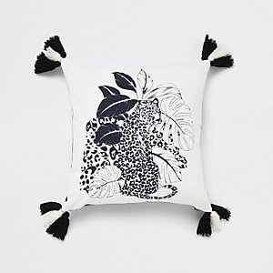 Wit kussen met kwastjes en luipaardprint
