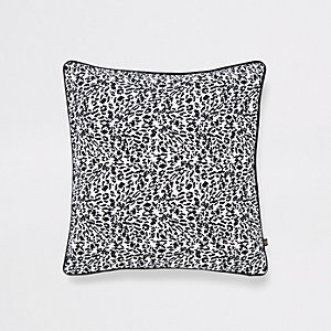 Schwarzes Kissen mit Leopardenprint